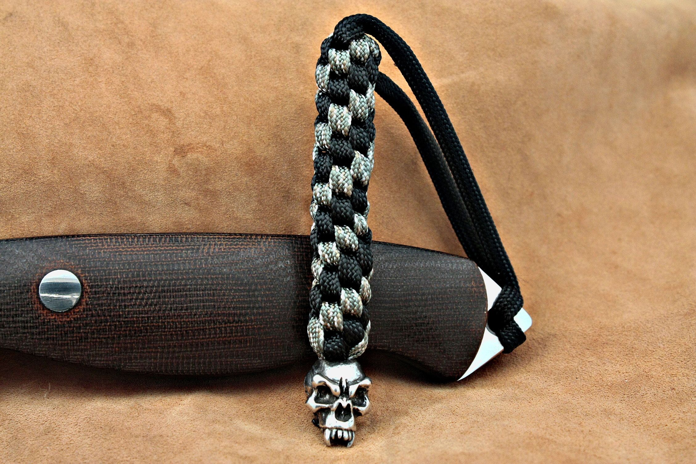 Schmuckatelli Pewter Fang Skull Lanyard, Black/Camo